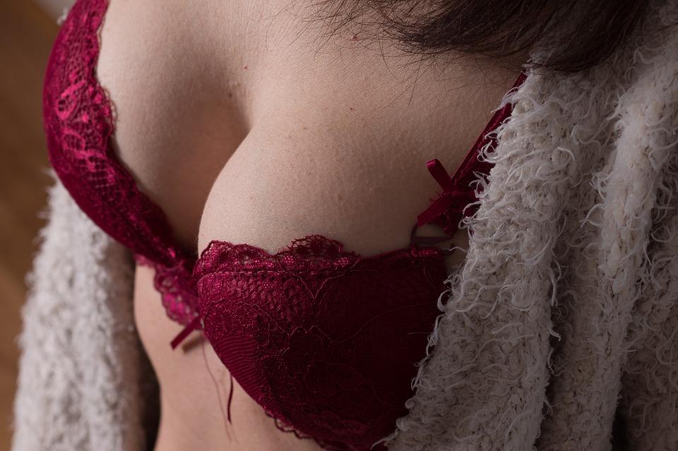 Jak na větší prsa bez plastiky